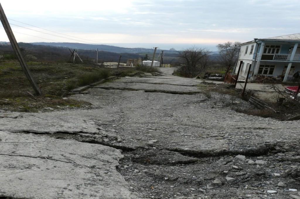 Активизация оползня незатухающей ползучести (выдавливания) в верхнеэоценовых глинах киевской свиты, разрушающий дорогу и здание; средняя крутизна склонов 30)