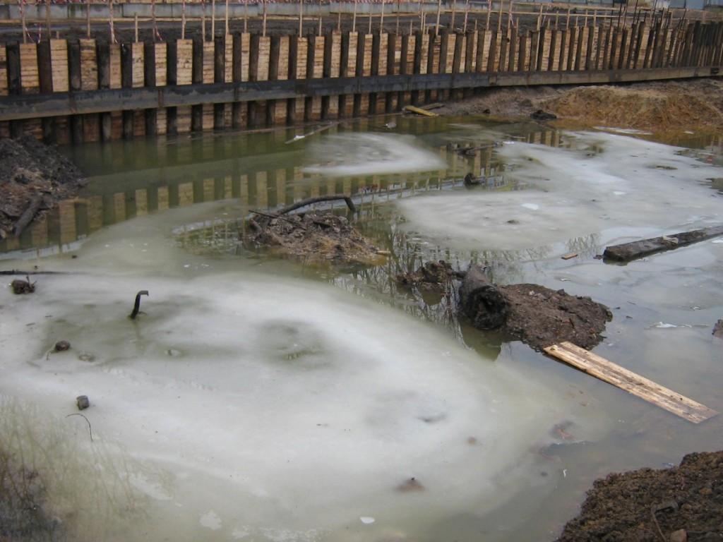 Аварийный выброс грязевого потока в строительный котлован