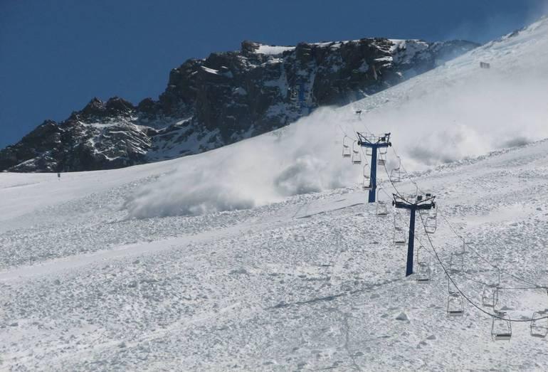Сухая лавина на горнолыжном курорте Шымбулак. Лавина сломала опору канатной дороги