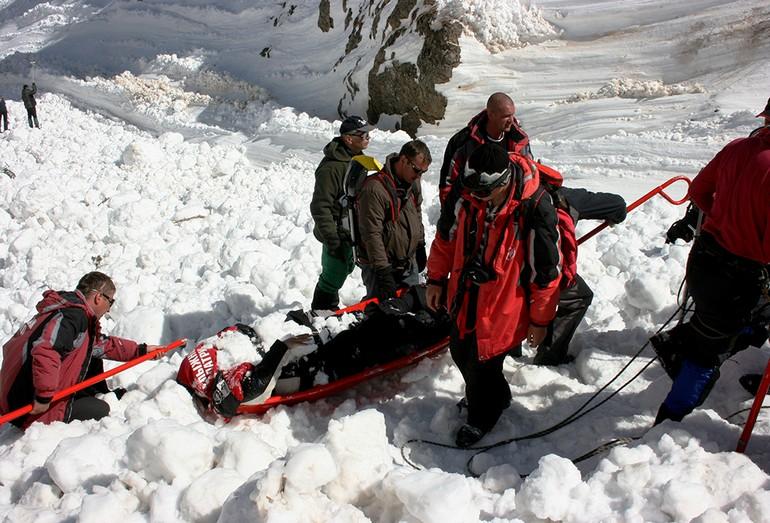 Cпасатели несут лыжника