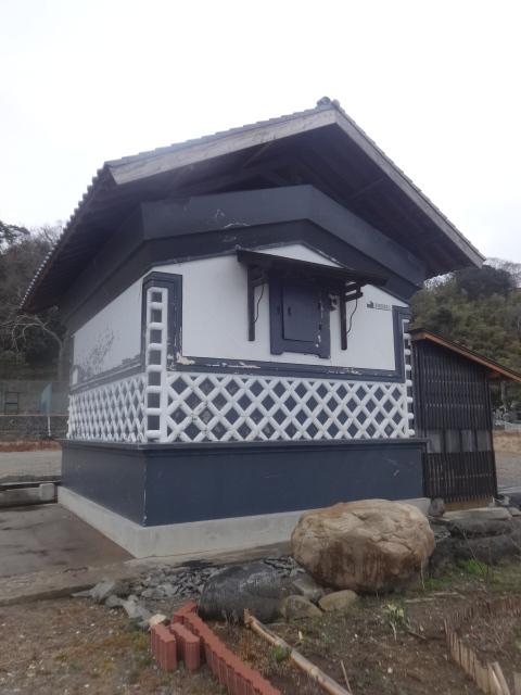 Целый дом после землетрясения