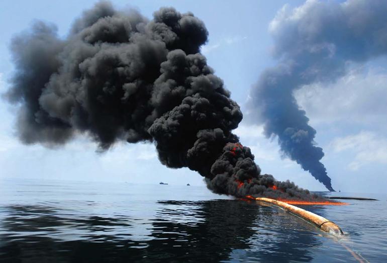Возгорание нефти на поверхности водоема