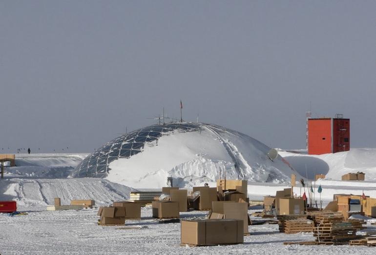 Внутриконтинентальная полярная станция США на леднике в Антарктиде