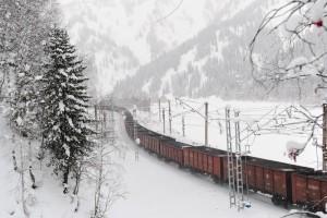 Грузовой поезд на Южном ходу Красноярской магистрали.