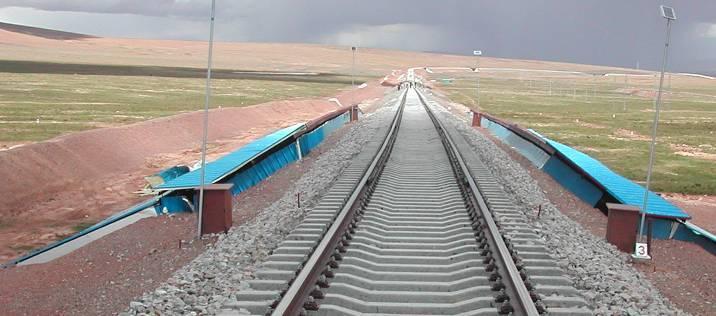 Солнцеосадкозащитные навесы на откосах насыпи Цинхай-Тибетской ж.д.