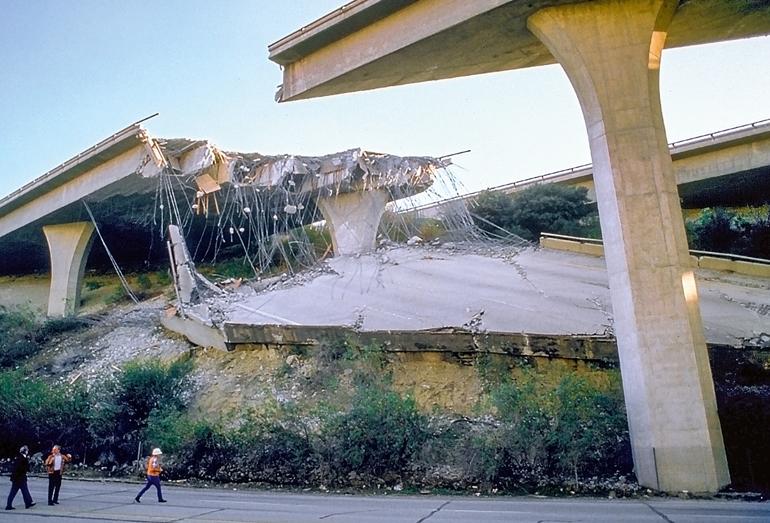 Разрушения на шоссе №5. Землетрясение в Нортридж 17 января 1994. Магнитуда Ms = 6,7. Глубина гипоцентра 18 км. (Фото: Robert A.)