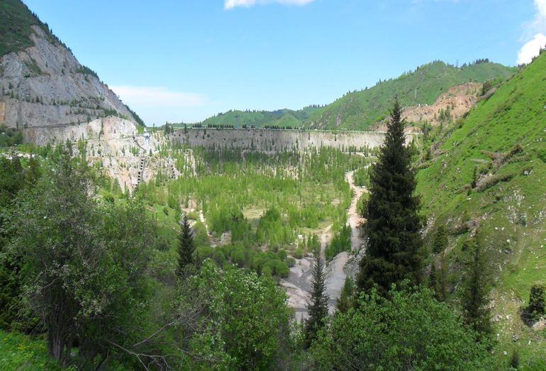 Селеудерживающая плотина Медеу в долине р. Малая Алматинка