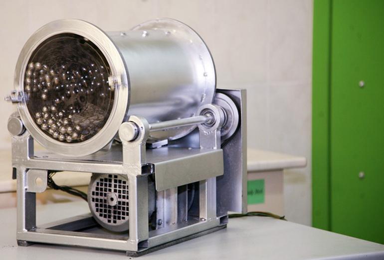 Общий вид (в сборе) работающей установки АШМ. С целью наблюдения за поведением образцов и шариков в процессе испытания на мельницу установлена торцевая крышка из прозрачного материала