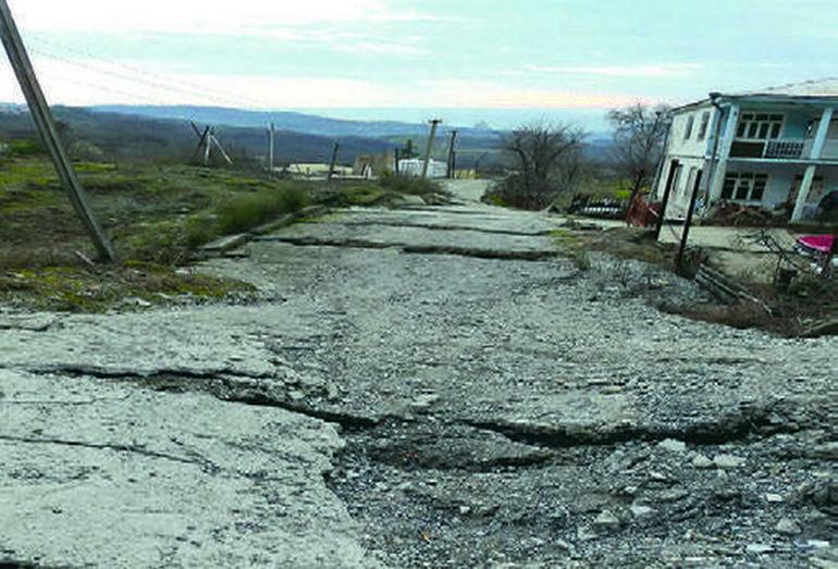 Активизация оползня незатухающей ползучести в верхнеэоценовых глинах киевской свиты, разрушающей дорогу и здание