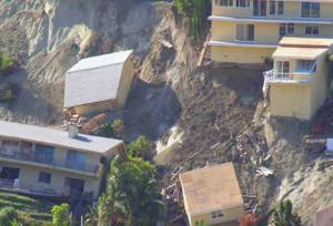 Обрушение домов в результате оползня