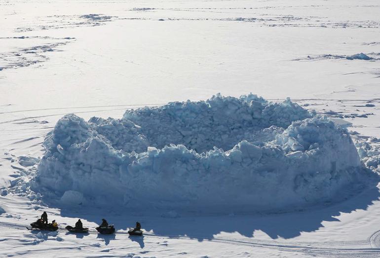 Обломок айсберга с наторошенным льдом