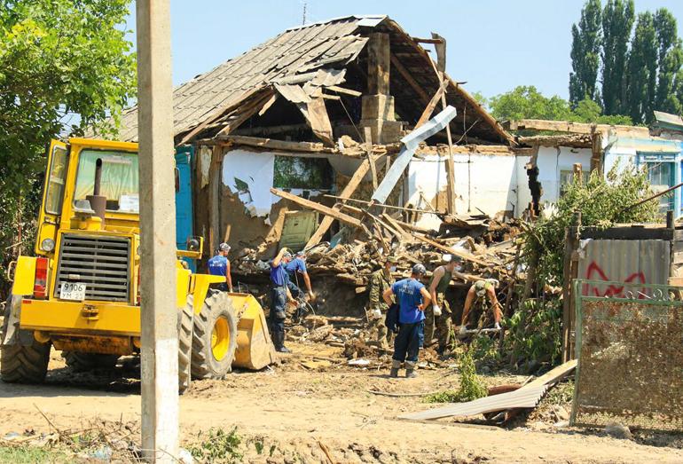 Город Крымск. Разбор завалов после наводнения
