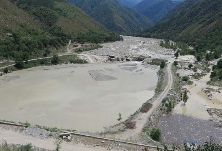 Отложения гляциального селя 2014 г. в селехранилище перед плотиной Талгар