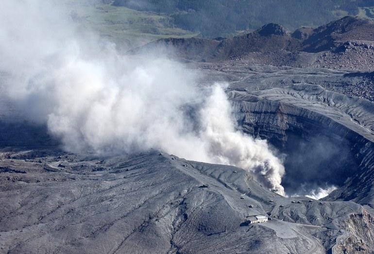 Дым над северным кратером вулкана Асо