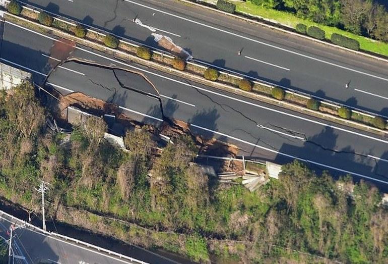 Автомобильная трасса в префектуре Кумамото, поврежденная землетрясением