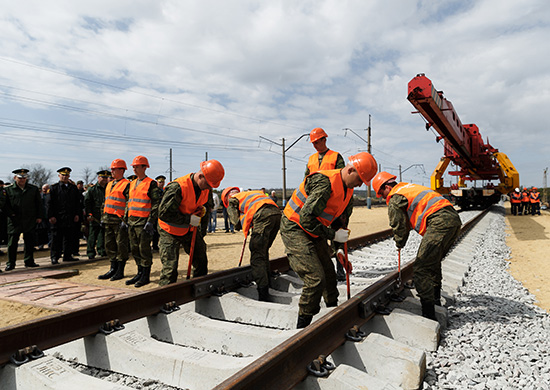 Рабочие монтируют первые рельсы на участке Журавка – Миллерово