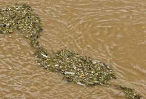 Мусор в реке Янцзы в Китае