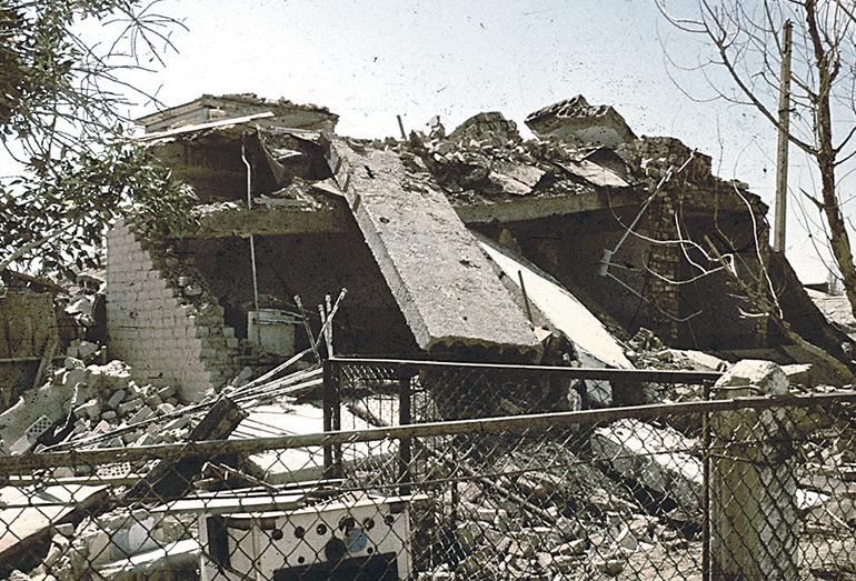 Типичное разрушение жилого дома при первом Газлийском землетрясении 1976 г. После второго толчка строение рухнуло полностью
