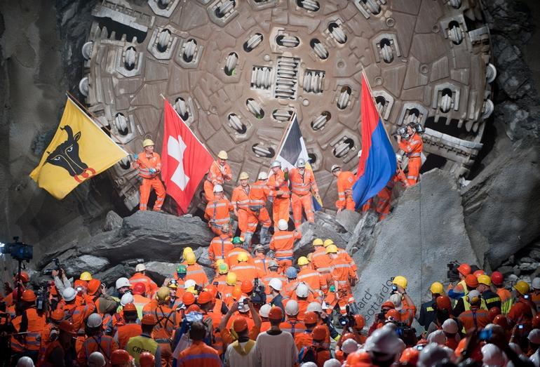 Строители Готардского базисного тоннеля на фоне проходческого щита после соединения южного и северного участков туннеля, октябрь 2010 года
