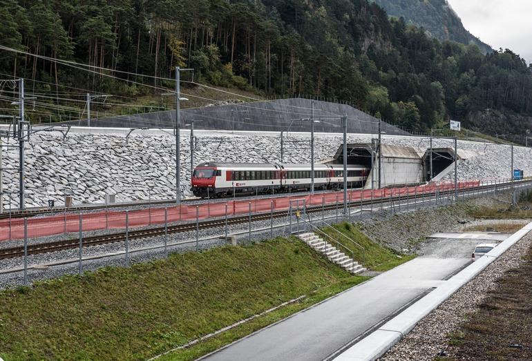 Скоростной поезд на въезде в Готардский базисный тоннель