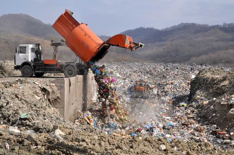 Сброс мусора на полигоне ТБО