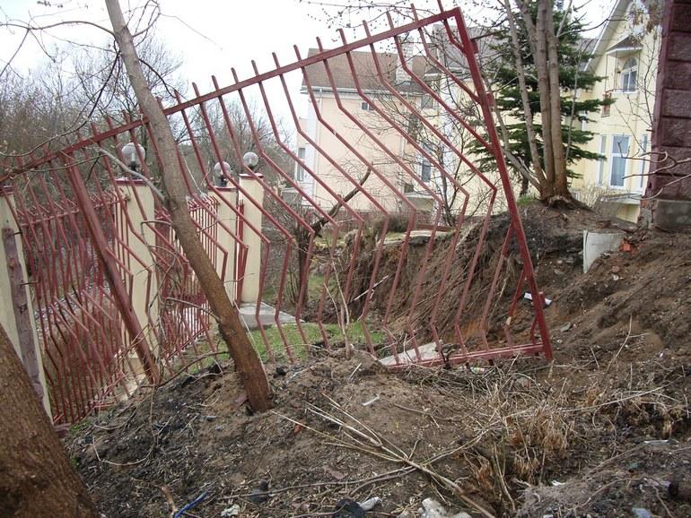 Забор, поврежденный оползне
