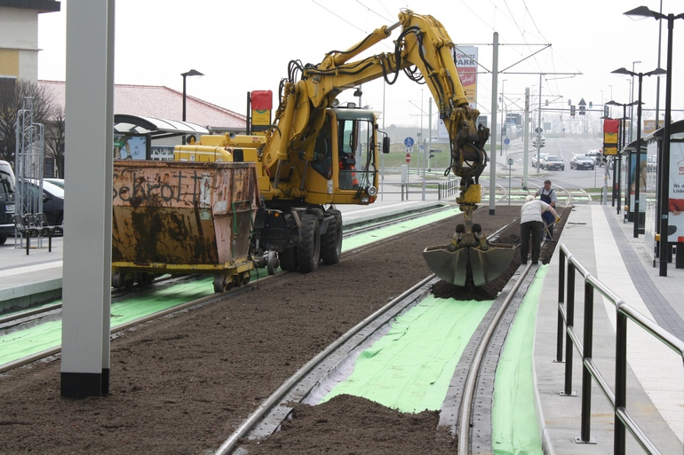 Отсыпка земляного слоя на трамвайных путях