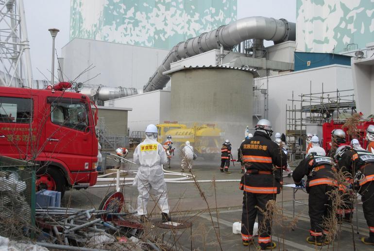 экстренные мероприятия на территории АЭС Фукусима-1