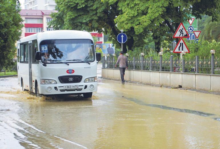 Улица Чайковского в Сочи во время наводнения