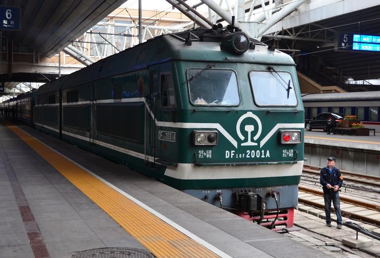 Прибытие обычного пассажирского поезда на станцию Пекин- Главный