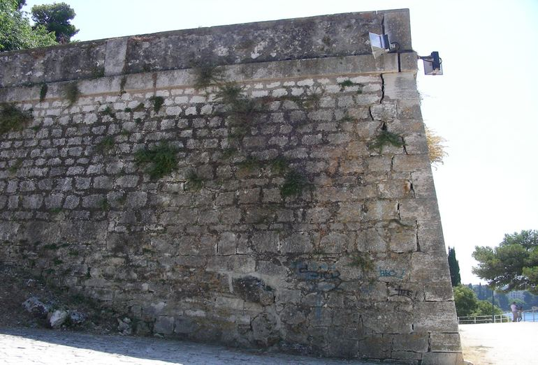 Результаты действия процесса выветривания: разрушение подпорной стенки. Хорватия, Ровинь