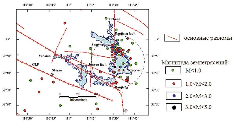 Распределение сейсмичности после наполнения водохранилища Даньцзянкоу (с 1967 по 1987 г.). Пунктирный круг показывает зону интенсивной сейсмичности (по материалам [15]).