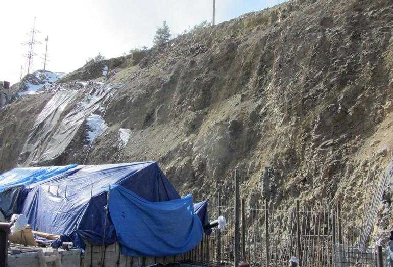 Защита строительной площадки от осыпания грунта при помощи металлической сетки