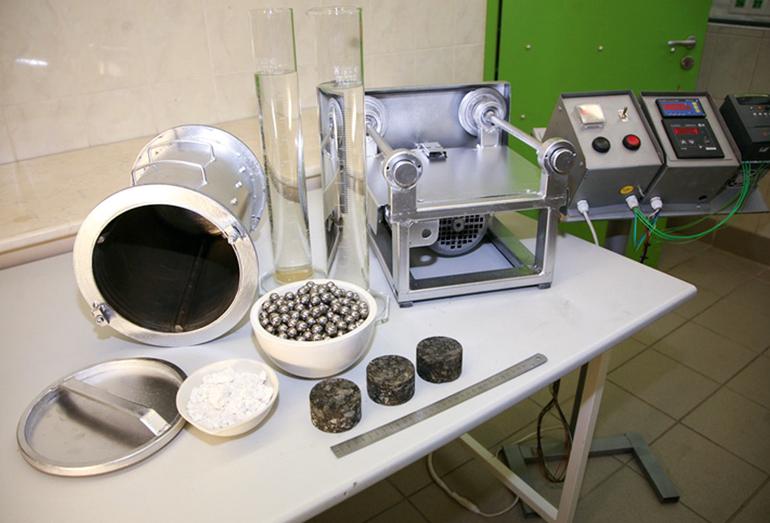 Элементы установки АШМ с образцами асфальтобетона для испытания на износ
