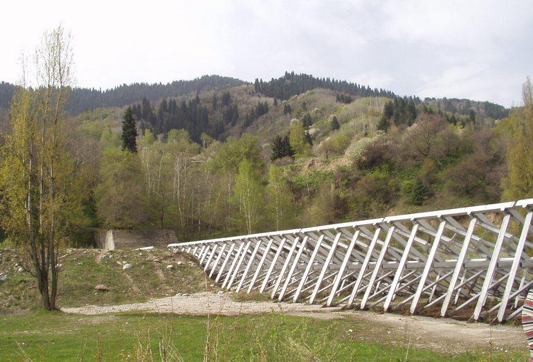 Сквозные селезадерживающие металлические сооружения в долине р. Малая Алматинка