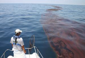 Пятино нефти на поверхности моря