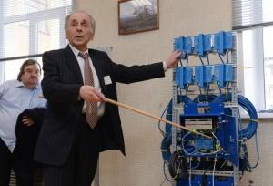 Руководитель кафедры геоинформатики УГГУ профессор Владимир Писецкий демонстрирует оборудование анализа сейсмических волн