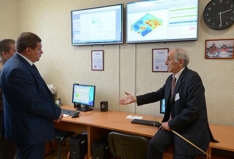 Руководитель кафедры геоинформатики УГГУ профессор Владимир Писецкий демонстрирует работу центра мониторинга