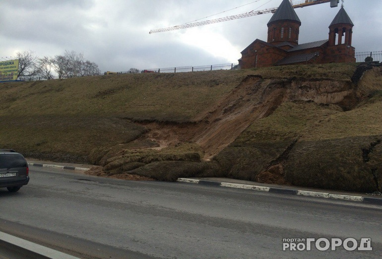оползень близ спуска у Метромоста в Нижнем Новгороде