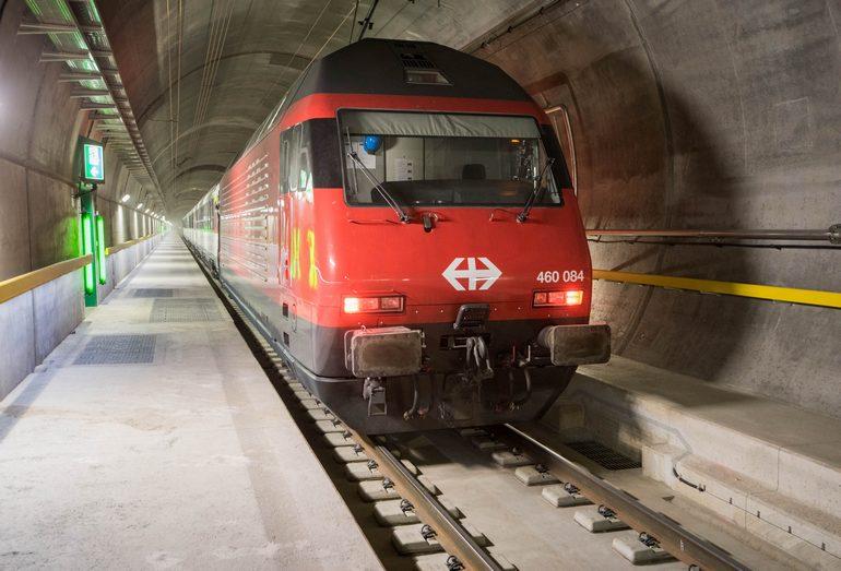 Скоростные поезда на въезде и внутри Готардского базисного тоннеля